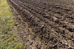 Frisch gepflogenes Ackerland im Sonnenschein Lizenzfreies Stockfoto