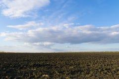 Frisch gepflogenes Feld im Herbst Stockfotografie