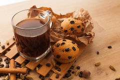 Frisch, gerade gebackene kleine Kuchen mit Schokoladen-, Zimt- und Kaffeesamen stellen Sie mit Schale dunklem Kaffee ein lizenzfreies stockbild