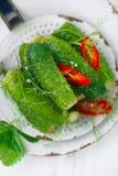 Frisch-gesalzene Gurken auf Weinleseemailsieb Stockbild