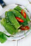 Frisch-gesalzene Gurken auf Weinleseemailsieb Stockfotografie