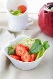 Frisch geschnittene Erdbeeren, Kalk und Minze lizenzfreie stockbilder