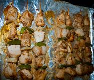 Frisch Kebab mit Grüns Stockfotos