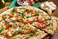 Frisch Kochkäsepizza auf dem Holztisch Lizenzfreie Stockfotos