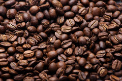 Frisch Röstkaffeebohnen, Beschaffenheitshintergrund mit flacher Schärfentiefe Stockbild