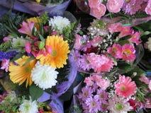 Frisch und attraktiv viele bunten Blumenblumensträuße am Floristen Lizenzfreie Stockfotos