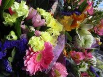 Frisch und attraktiv viele bunten Blumenblumensträuße am Floristen Lizenzfreies Stockbild
