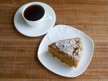 Frisch verzierter organischer Karottenkuchen Ein Stück des Kuchens mit einem Tasse Kaffee Lizenzfreie Stockfotografie