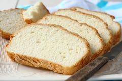 Frisch vom Ofen schnitt freies Brot des Glutens auf Platte Stockbild