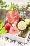 Frisch von der Wassermelone mit Kalk und Minze, ein köstliches Sommergetränk stockfoto