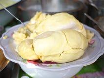 Frisch ziehen Sie weg Durian auf Teller ab. Durian ist der König der Frucht. Stockbild