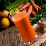 Frisch zusammengedrückter Karottensaft Stockfotos