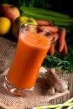 Frisch zusammengedrückter Karottensaft Stockbilder