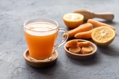 Frisch-zusammengedrücktes gesundes Glas Karottensaft des Karottensaftes geschmackvoller Gemüsesaft Detoxsaft stockfotos