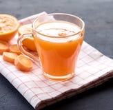 Frisch-zusammengedrücktes gesundes Glas Karottensaft des Karottensaftes geschmackvoller Gemüsesaft Detoxsaft Abschluss oben lizenzfreies stockbild