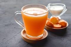 Frisch-zusammengedrücktes gesundes Glas Karottensaft des Karottensaftes geschmackvoller Gemüsesaft Detoxsaft Kopienraum stockbilder