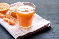 Frisch-zusammengedrücktes gesundes Glas Karottensaft des Karottensaftes geschmackvoller Gemüsesaft Detoxsaft Kopienraum lizenzfreie stockbilder