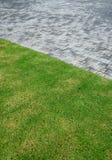 Frischbetonpflasterung und grüner Rasen Lizenzfreies Stockfoto