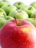 Frische Äpfel auf einem weißen Hintergrund Lizenzfreie Stockbilder