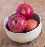 Frische Äpfel in einer Schüssel Stockbilder