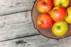 Frische Äpfel im dekorativen Vase für Frucht auf Holztisch Lizenzfreie Stockfotografie