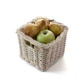 Äpfel und Birnen in einem Korb Lizenzfreie Stockfotos