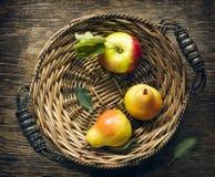 Frische Äpfel und Birnen im Abtropfbrett Lizenzfreies Stockbild
