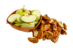Frische Äpfel und getrocknete Äpfel stockfotografie