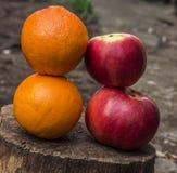 Frische Äpfel und Orangen Stockfotos