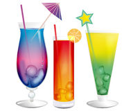 Frische abkühlende exotische Cocktails mit Eiswürfeln Stockbilder