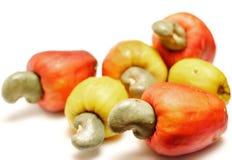 Frische Acajounüsse mit Apfel auf weißem Hintergrund Lizenzfreies Stockbild