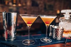 frische alkoholische Cocktails auf Barzähler Schließen Sie oben von den Bardetails mit Getränken und Getränken stockfotografie