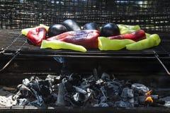 Frische Anaheim-Paprikapfeffer, die über einem Holzkohlenfeuer braten Stockfotografie