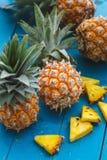 Frische Ananas auf hölzernem Hintergrund Stockfotografie