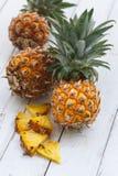 Frische Ananas auf hölzernem Hintergrund Stockbilder