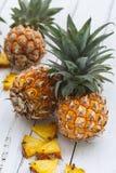 Frische Ananas auf weißem Hintergrund Stockfotos