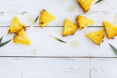 Frische Ananas auf weißem Hintergrund Stockfoto