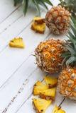 Frische Ananas auf weißem Hintergrund Stockbild