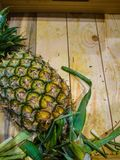 Frische Ananas in der Holzkiste Stockfoto