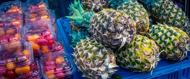 Frische Ananas an einem Markt Lizenzfreie Stockfotografie