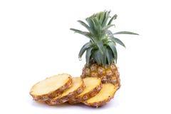 Frische Ananas geschnitten und Ananas lokalisiert auf weißem backgroun Stockbilder