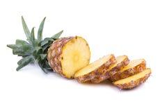 Frische Ananas geschnitten und Ananas lokalisiert auf weißem backgroun Lizenzfreie Stockbilder