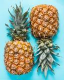 Frische Ananas geschnitten zur Hälfte Stockbilder