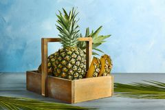 Frische Ananas im Kasten Lizenzfreies Stockfoto