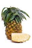 Frische Ananas mit den Scheiben lokalisiert auf Weiß Stockfotos
