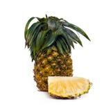 Frische Ananas mit den Scheiben lokalisiert auf Weiß Stockbilder