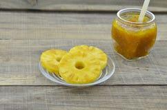 Frische Ananas schnitt Scheiben mit Ananas auf dem Holztisch Stockfoto