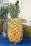Frische Ananas am Straßenmarkt Stockbild