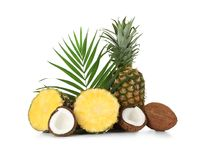 Frische Ananas und Kokosnüsse auf Hintergrund Stockbilder