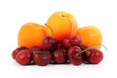 Frische Aprikose und Kirsche lizenzfreie stockbilder